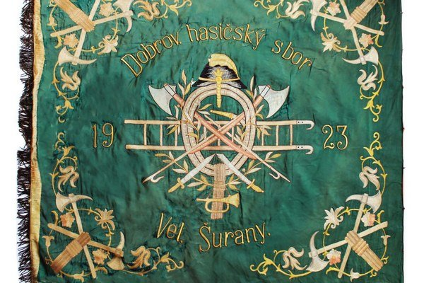 Pôvodná zástava šurianskych dobrovoľných hasičov je už v múzeu.