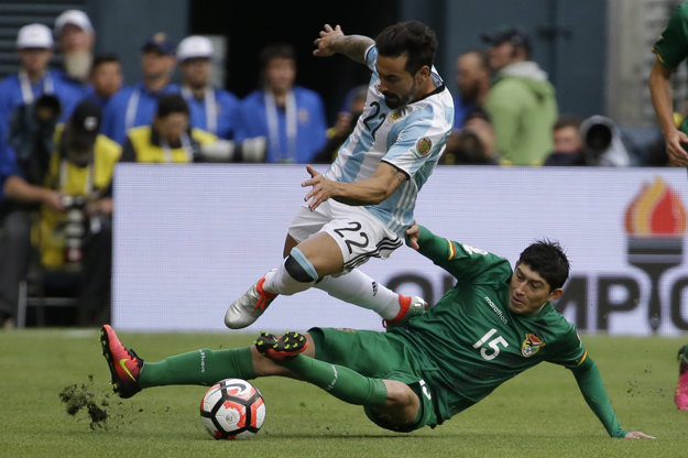 Argentínčan Ezequiel Lavezzi (hore) v súboji o loptu s Bolivíjčanom Pedrom Azoguem.