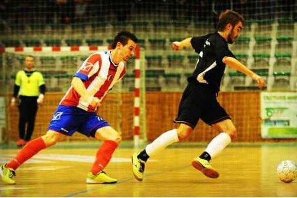 Ján Krivočenko (v pruhovanom) bol hrdinom zápasu MFK Tupperware proti Žiline (6:5).