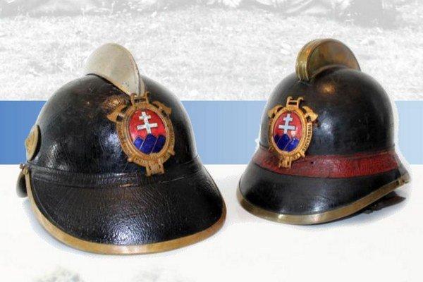 Dobové prilby šurianskysch hasičov.