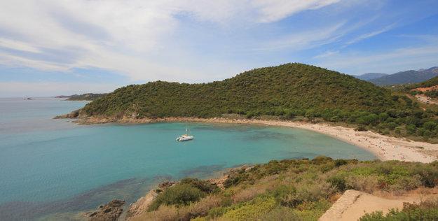 V lete sa teplota mora okolo Sardínie aj Korziky drží na 23 až 24 °C.