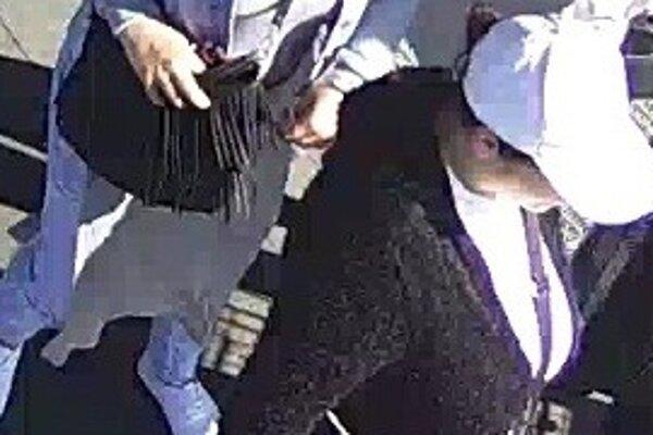 Polícia chce zistiť totožnosť týchto dvoch ľudí.