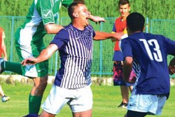 KFC - Šúrovce (1:4)Szórád (v páde) dal Palárikovu gól. Zápas sa však nedohral.