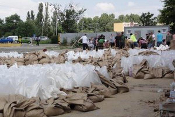 Včera rozložili tisícky vriec s pieskom.