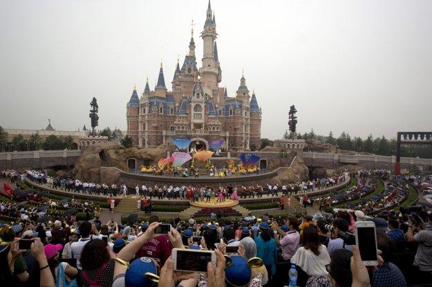 Spoločnosť Walta Disneyho otvorila v Šanghaji prvý zábavný park v Číne.