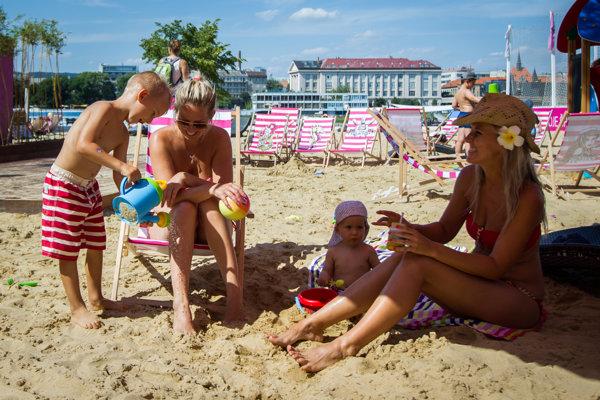Návštevníci majú na pláži k dispozícii aj 200 ležadiel.