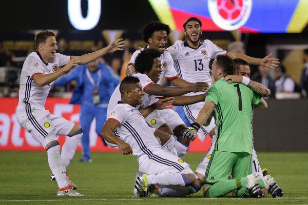 Kolumbijskí futbalisti sa radujú z výhry nad Peru.