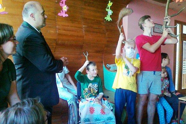 Deti z nemocničnej školy sa návšteve potešili.