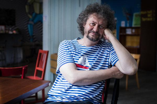 Vladimír Michal (55) sa narodil vBanskej Štiavnici, do osemnástich rokov žil vŽiline, potom vyštudoval vBratislave elektrotechniku. Po roku 1989 spoluzakladal kníhkupectvo Artforum, dnes šéfuje sieti jeho kníhkupectiev. Vroku 2007 začal pod touto značkou aj vydávať knihy.