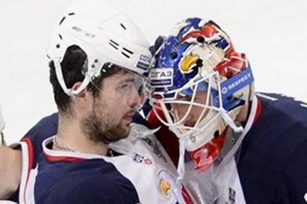 Na snímke smutní slovanisti Peter Ölvecký (vľavo) a brankár Jaroslav Janus po prehre 5:1 v hokejovom zápase štvrťfinále play off KHL.