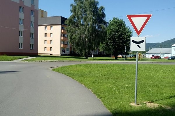 Vodiči vychádzajúci od sídliska musia dať autám na hlavnej ceste prednosť.