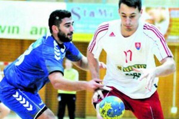 Dávid Pogány (v bielom) bránený srbským protihráčom.