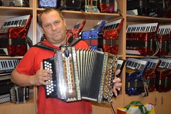 Emil Jelinek pri predvádzaní MIDI ozvučenia heligónky.