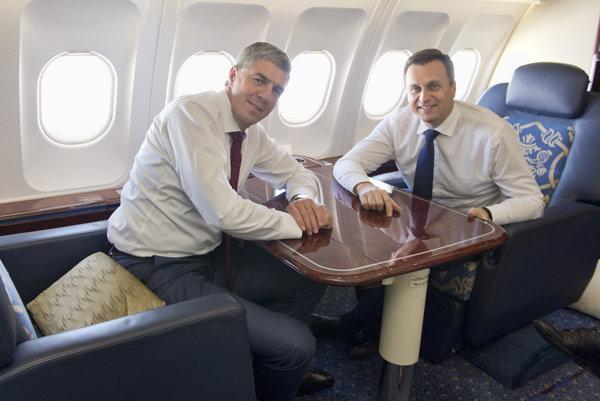 Podpredseda NR SR Béla Bugár a predseda NR SR Andrej Danko počas letu na vládnom špeciáli Airbus A319 do Ríma.