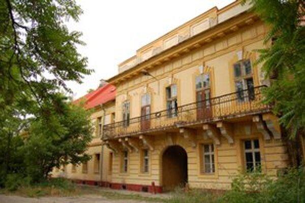 Veliteľská budova.