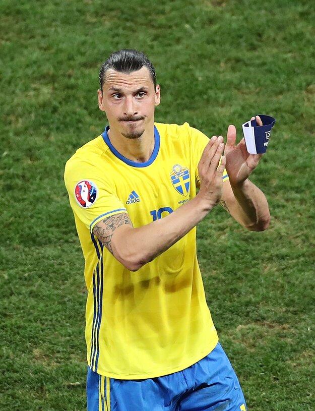 Zlatan Ibrahimovič sa lúči so švédskymi fanúškmi.