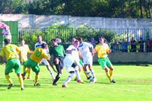 Vzruch pred bránou Marcelovej. Po obrátke sa roztrhlo vrece s gólmi.