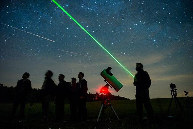 V noci fotografi zachytávali nočnú oblohu.