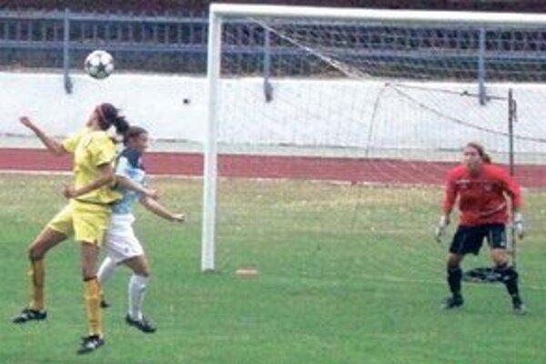 Lopta z hlavy Palicovej (v žltom)v bráne Slovana neskončila.