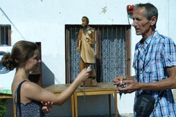 Autorka článku so sochárom V. Tinákom.