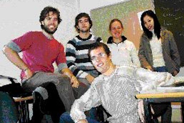 Prvé mesiace na dánskej univerzite v Aalborgu pomohla Radoslavovi Darulovi (v popredí) prekonať medzinárodná študijná skupina spolužiakov. Tvorili ju dvaja študenti zo Španielska, Kanaďanka a Číňanka.