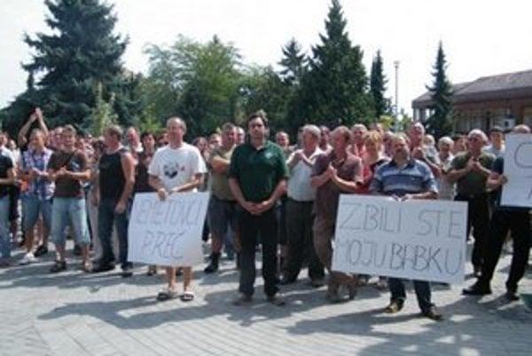 Obyvatelia obce usporiadali pre pretrvávajúce problémy demonštráciu a petičnú akciu.