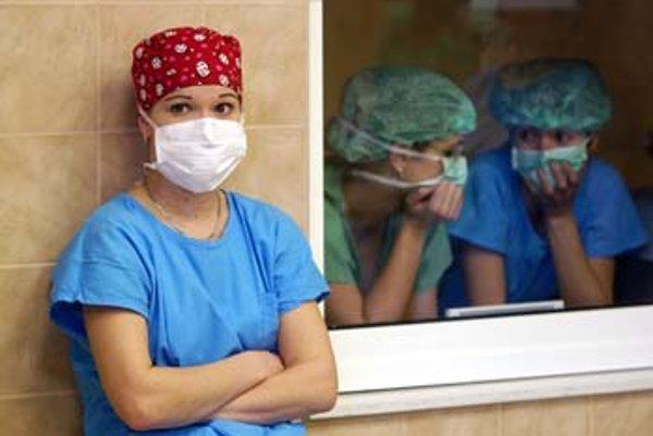 Na výkon povolania zdravotnej sestry prestala stačiť maturita zo strednej zdravotníckej školy. Stať sa zdravotnou sestrou znamená sedem rokov študovať.