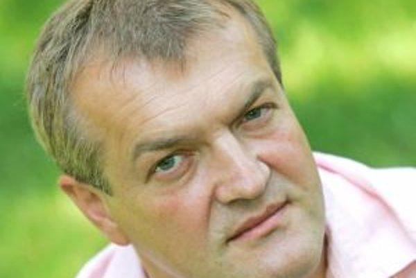 Narodil sa v roku 1963. Vyštudoval VŠMU v Bratislave, odbor divadelnej a rozhlasovej réžie a dramaturgie. Pracoval ako redaktor Rádiožurnálu SRo, šéfredaktor spravodajstva VTV, redaktor, vedúci vydania, moderátor a šéf publicistiky v Markíze, riaditeľ vyd