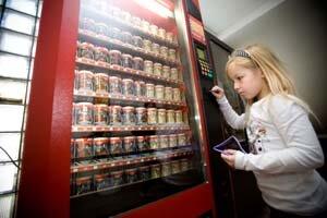 Už v takmer osemdesiatich školách si deti môžu pochutnať na ochutenom mlieku z automatu.
