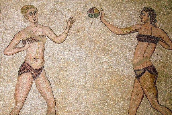 Mozaika športujúcich dievčat v bikinách pochádza zo 4. storočia n. l. Pokrýva dlažbu miestnosti vo Villa Romana del Casale neďaleko sicílskeho mestečka Piazza Armerina.
