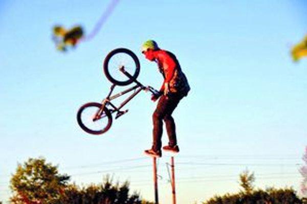 Dirt Jump - prekonávanie príťažlivosti.