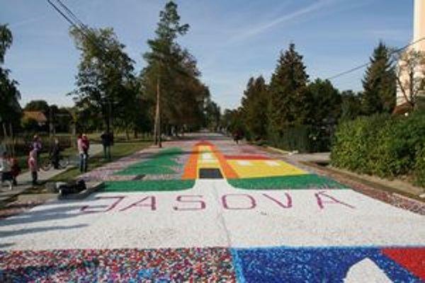 Hotová rekordná mozaika na ceste pred jasovským kostolom.