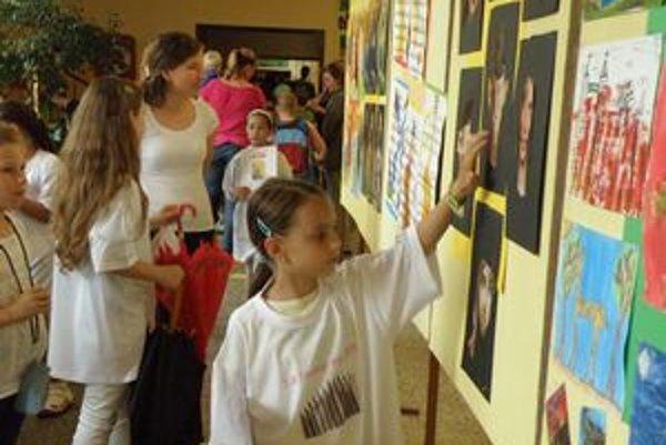 Malí výtvarníci boli prvými hodnotiteľmi výstavy.