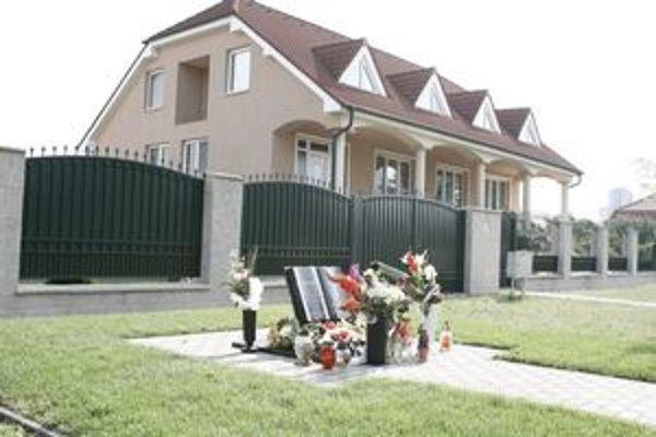 Pamätník odhalili pri príležitosti 1. výročia úmrtia L. Basternáka.