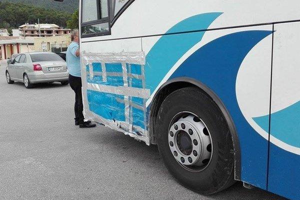 Predná časť krytu autobusu bol pred odchodom z Grécka takto provizorne potiahnutá plachtou a lepiacou páskou.