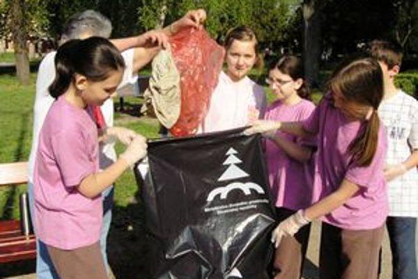 Žiaci v Nesvadoch plnili vrecia nazbieranými odpadkami.