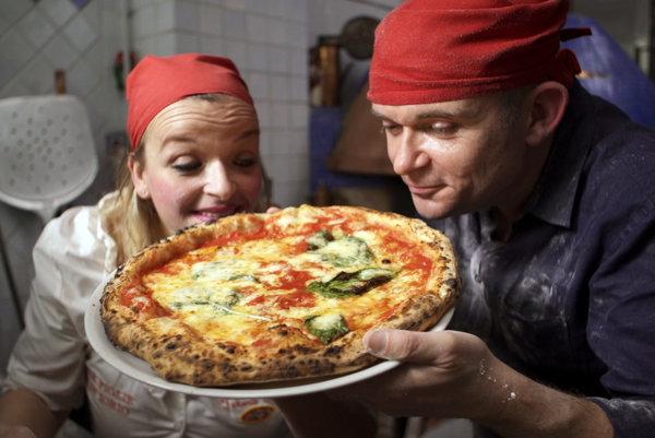 Dokumentárny seriál História talianskeho jedla: Delizia! vysiela stanica Viasat History.
