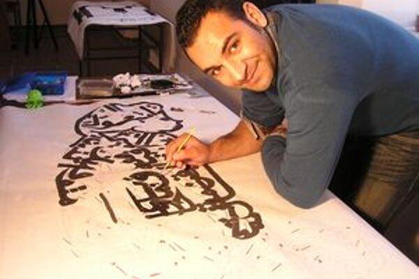 Amr v šurianskej synagóge počas maľovania kaligrafií. Výstava bude na jeseň.