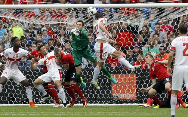 Fabian Schär (v strede) strieľa hlavou gól do siete Albánska.