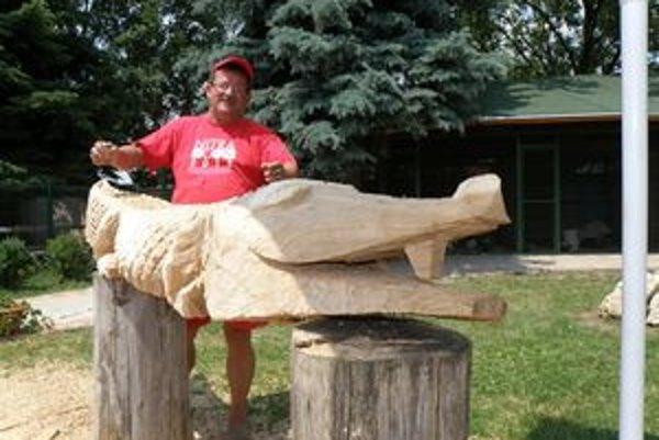 M. Polák so svojím dreveným krokodílom - budúcou lavičkou.