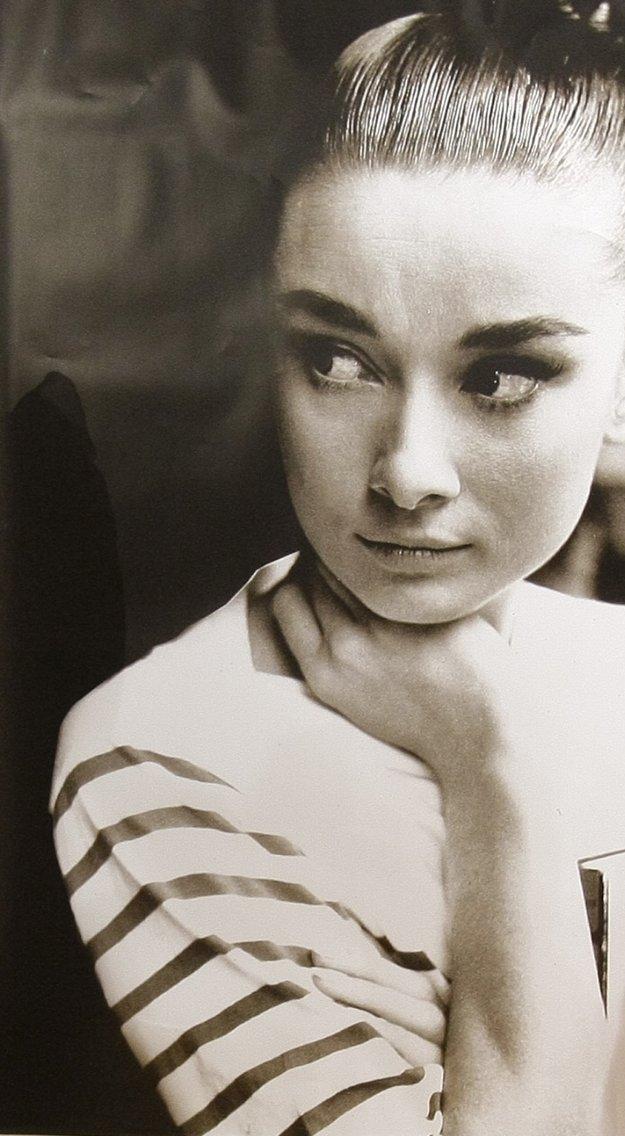 Aj v pruhovanom outfite je Audrey Hepburn je stelesnením francúzskej krásy a elegancie.