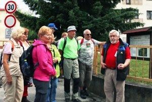 Turisti sa zastavili aj pri niekdajšom banskom učilišti v Novákoch.