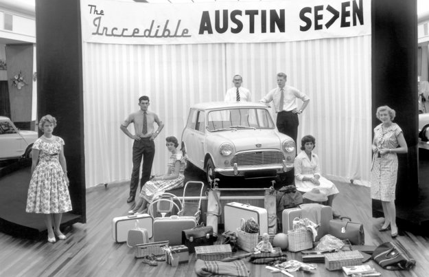 Austin Seven čiže pôvodné Mini. Ide o prvé auto s pohonom predných kolies a motorom uloženým vpredu naprieč - túto konštrukciu využíva väčšina dnešných áut.