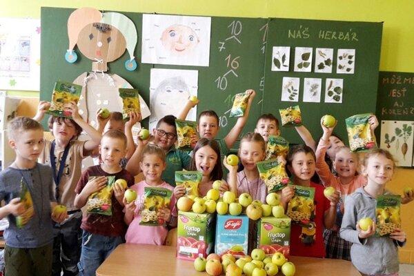Prváci sa tešili z jabĺk, štiav a ovocných chipsov.