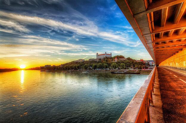 Bratislavu po Dunaji navštevujú tisíce turistov z celého sveta.