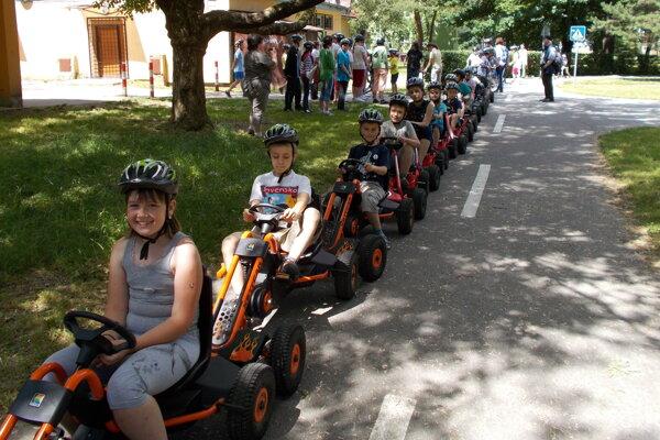 Deti si na dopravnom ihrisku v Martine vyskúšali jazdu na štvorkolkách.