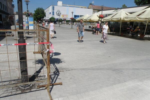 Na niektorých miestach v centre Prievidze už malé dlažobné kocky nahradili zámkovou dlažbou.
