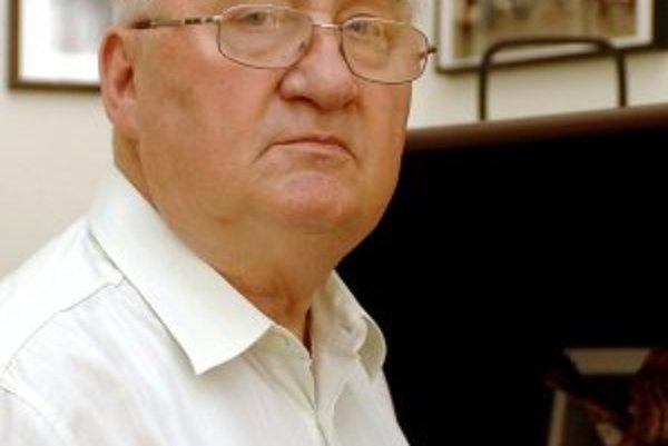 Narodil sa 5. augusta 1930. Vyštudoval Vysokú školu ekonomickú. V bankovníctve pôsobil od roku l956 do decembra l989. V rokoch l965 - l966 prednášal v bankovej škole na Kube a v rokoch l967 - 1969 bol námestníkom Živnostenskej banky v Londýne. V roku 1970