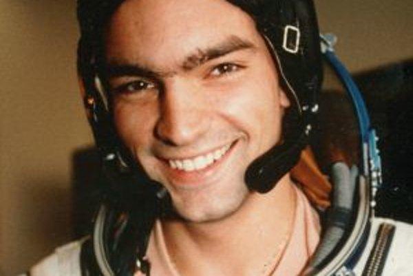 Narodil sa v roku 1975 v Bratislave, vyrastal v Piešťanoch. Vyštudoval Vysokú školu dopravy a spojov v Žiline. Stal sa dopravným pilotom. Zaujímajú ho rôzne filozofie, knihy, šport (najmä windsurfing a tenis) a cestovanie po svete. Absolvoval kozmonautick