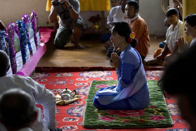 Suu Kyi počas volieb v Barme